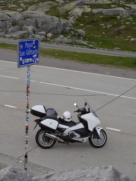 Gotthard Passhöhe Blick auf die Straße