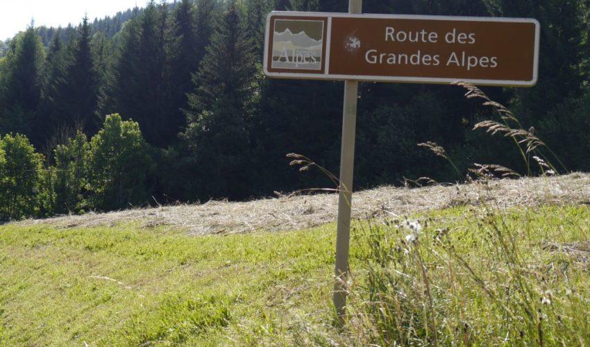 Hinweisschild zur Route des Grandes Alpes